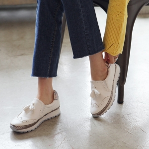 http://what-is-fashion.com/4863-38414-thickbox/women-s-wing-tips-thick-platform-sole-synthetic-leather-tassel-loafers-white.jpg