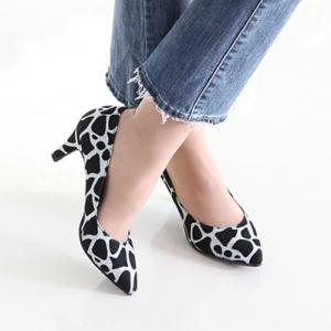 Women's Pointed Toe Giraffe Pattern Glitter Silver Med Heel Pumps
